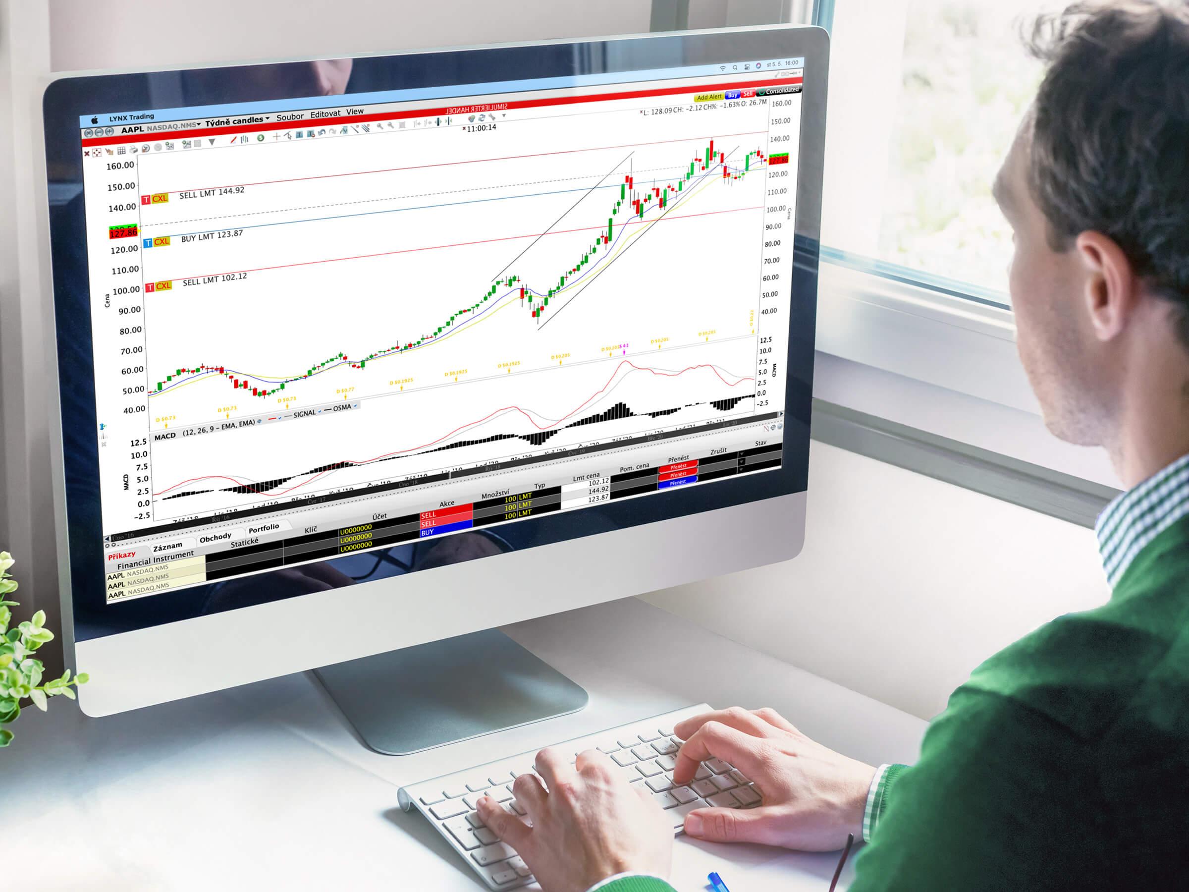 Investor a potenciální klient LYNX obchodující akcie na bezplatném demo účtu