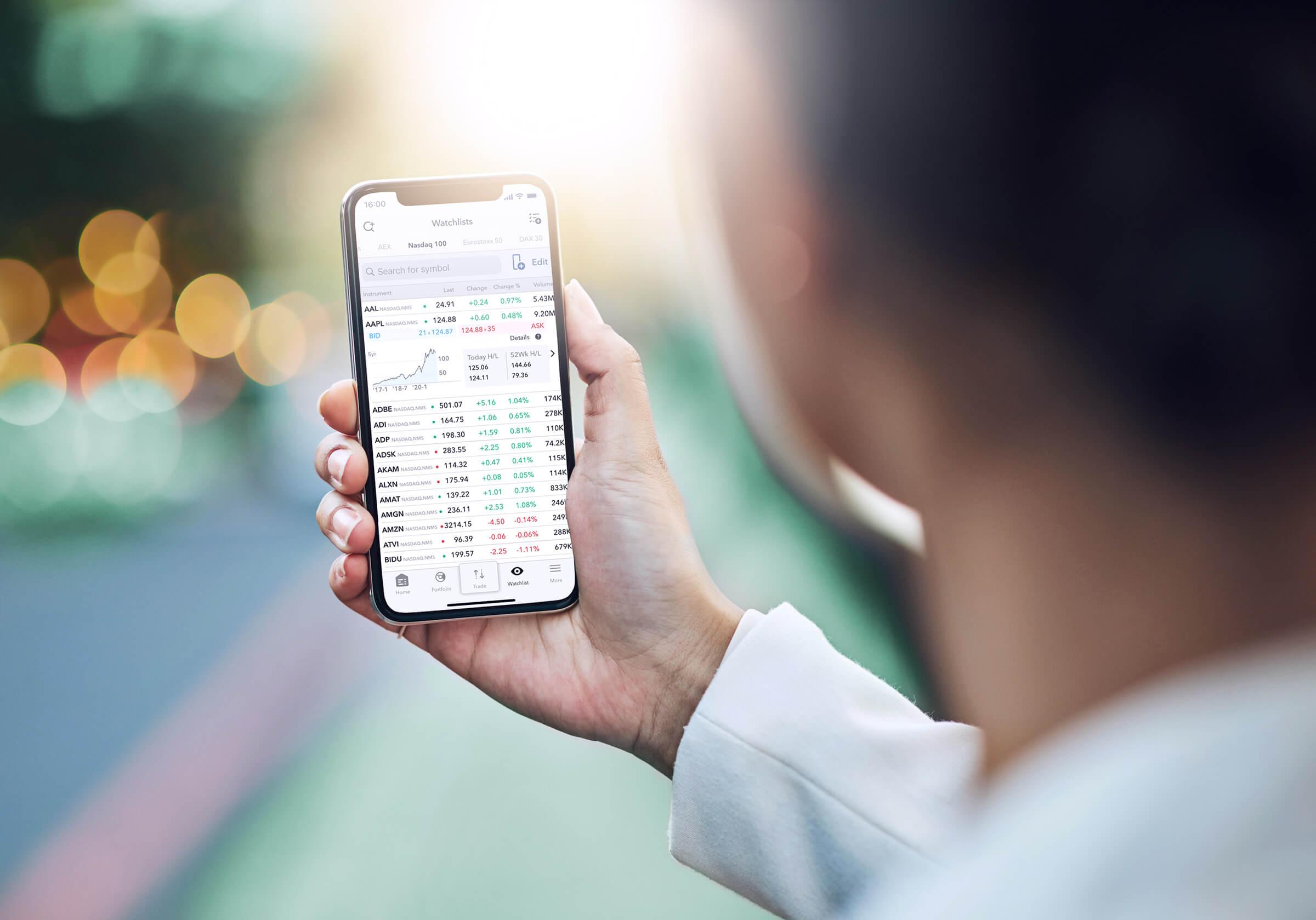 Úspěšný investor a klient LYNX obchodující akcie přes mobilní zařízení s aplikací LYNX Trading