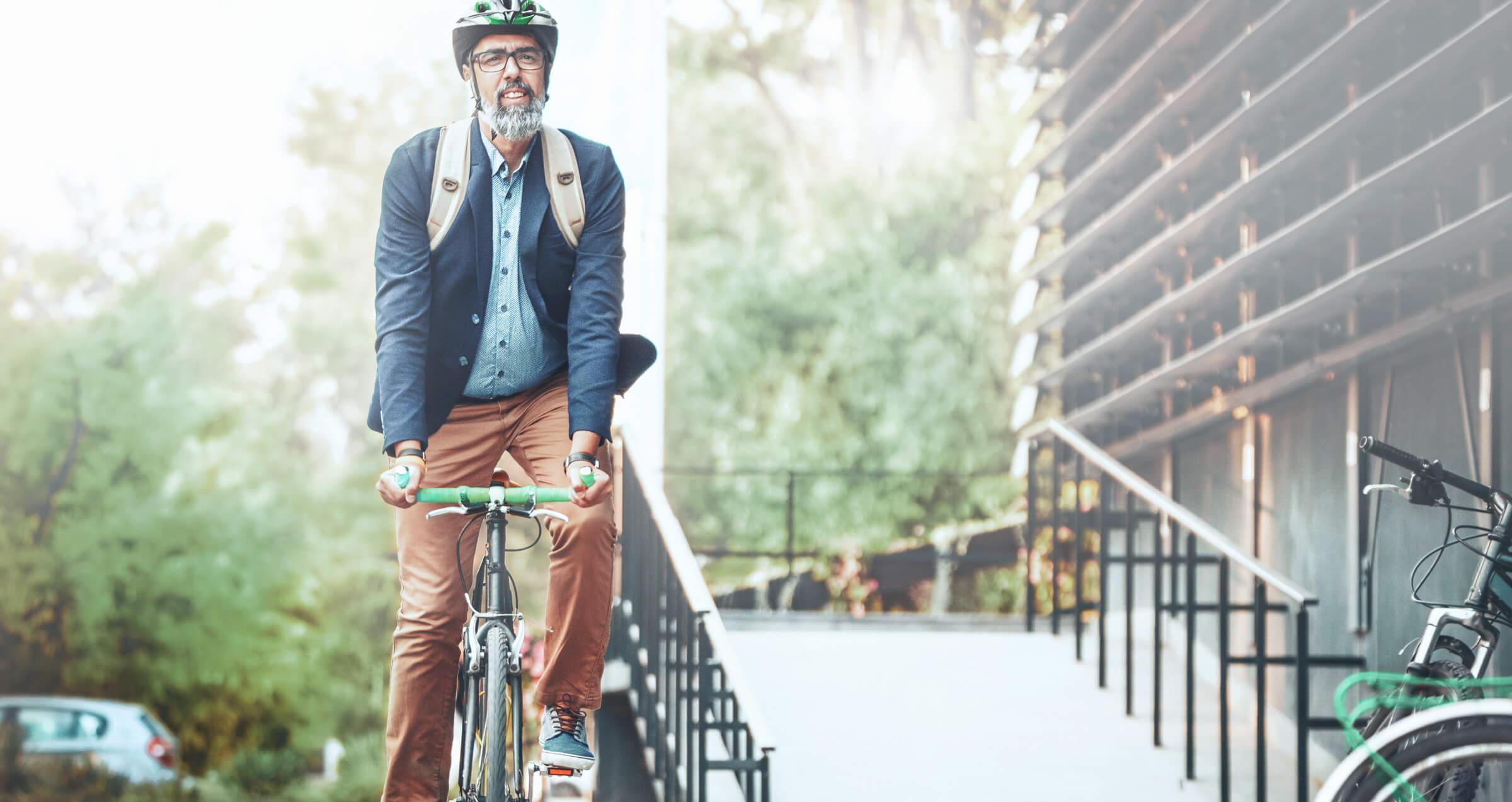 Spokojený klient LYNX užívající si volného času na kole a výhod investičního účtu