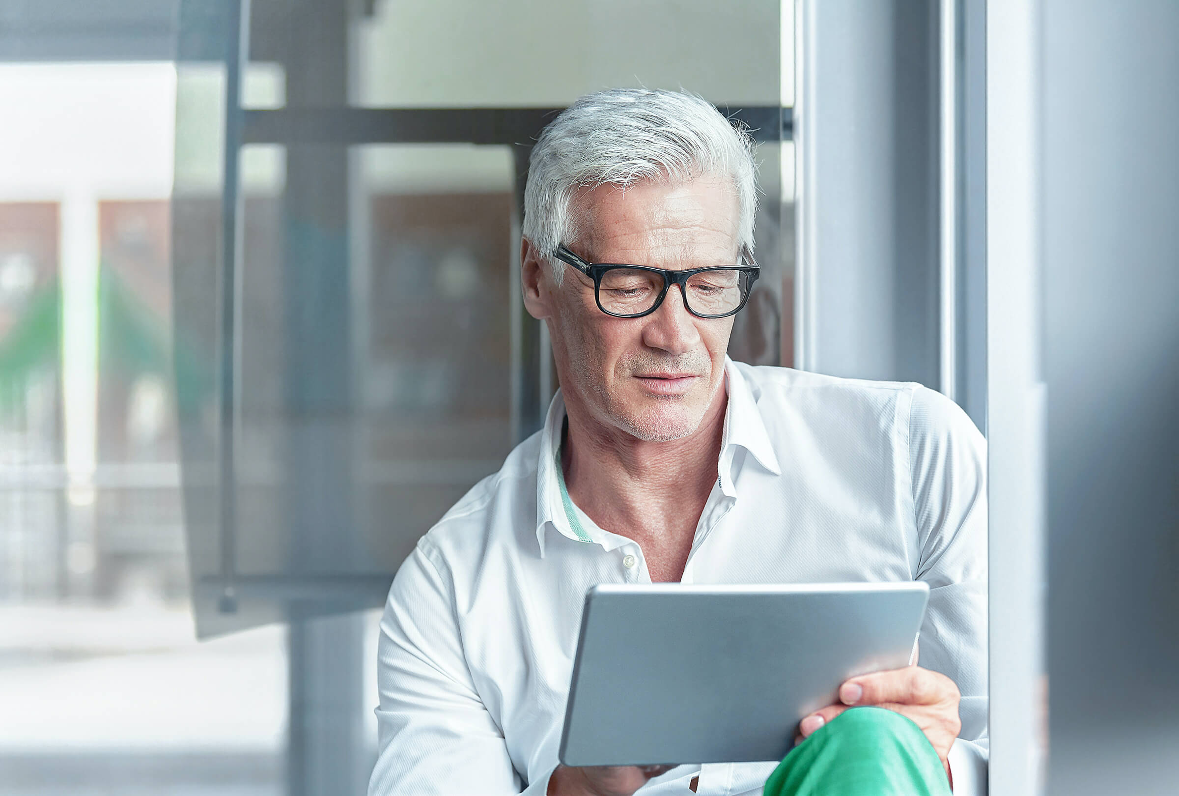 Úspěšný trader obchodující forex a futures na tabletu