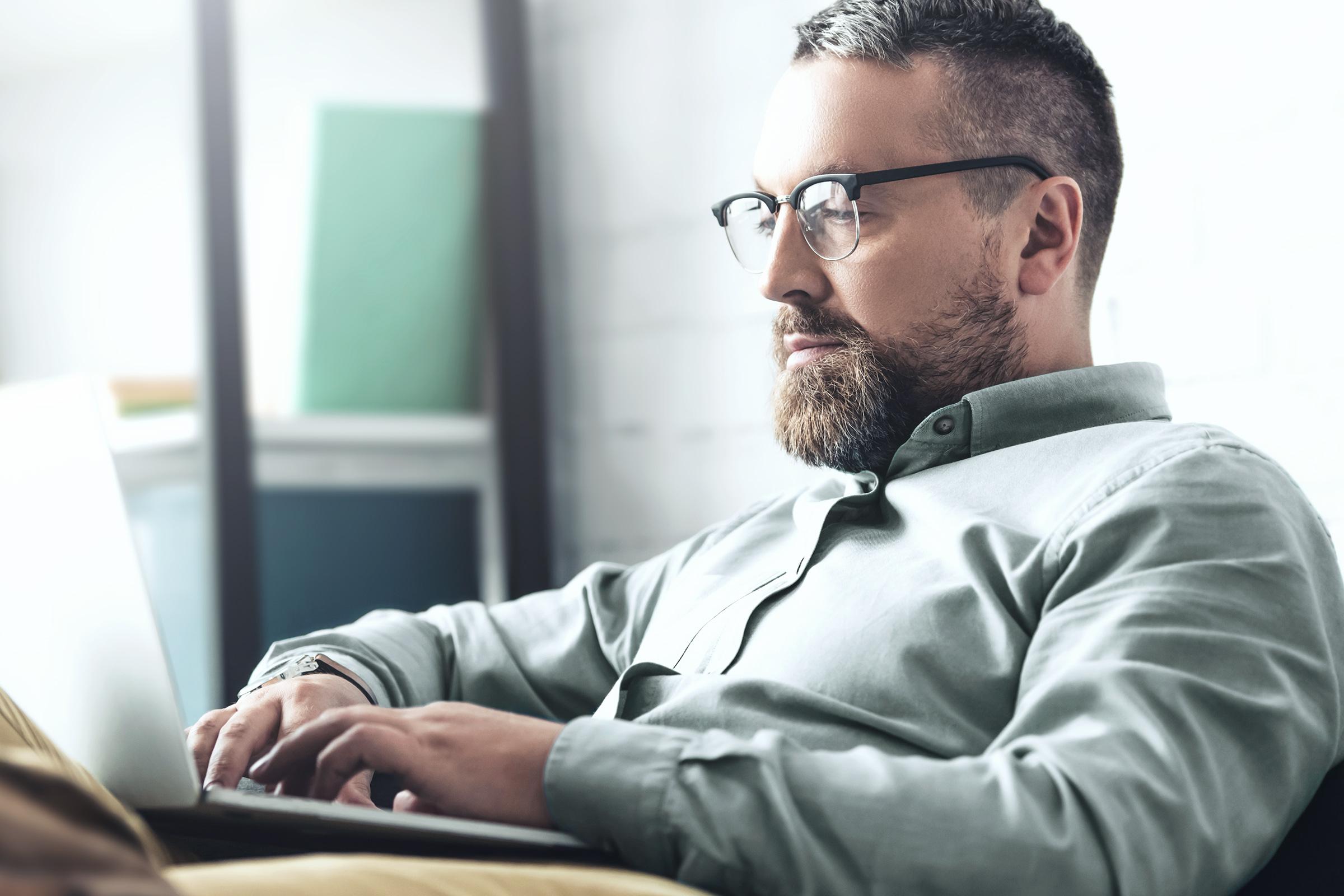 Trader obchodující futures na notebooku prostřednictvím LYNX