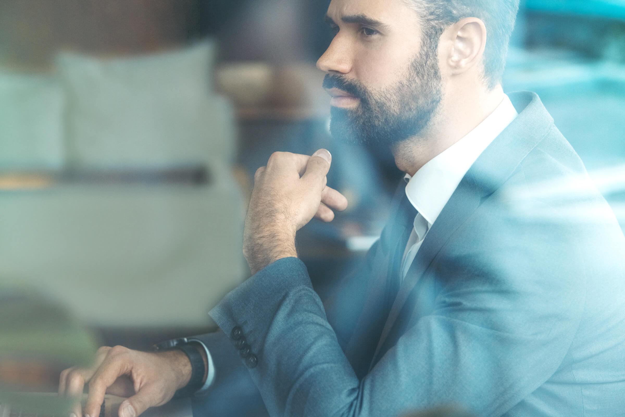 Investor v obleku otevírající si investiční účet prostřednictvím LYNX