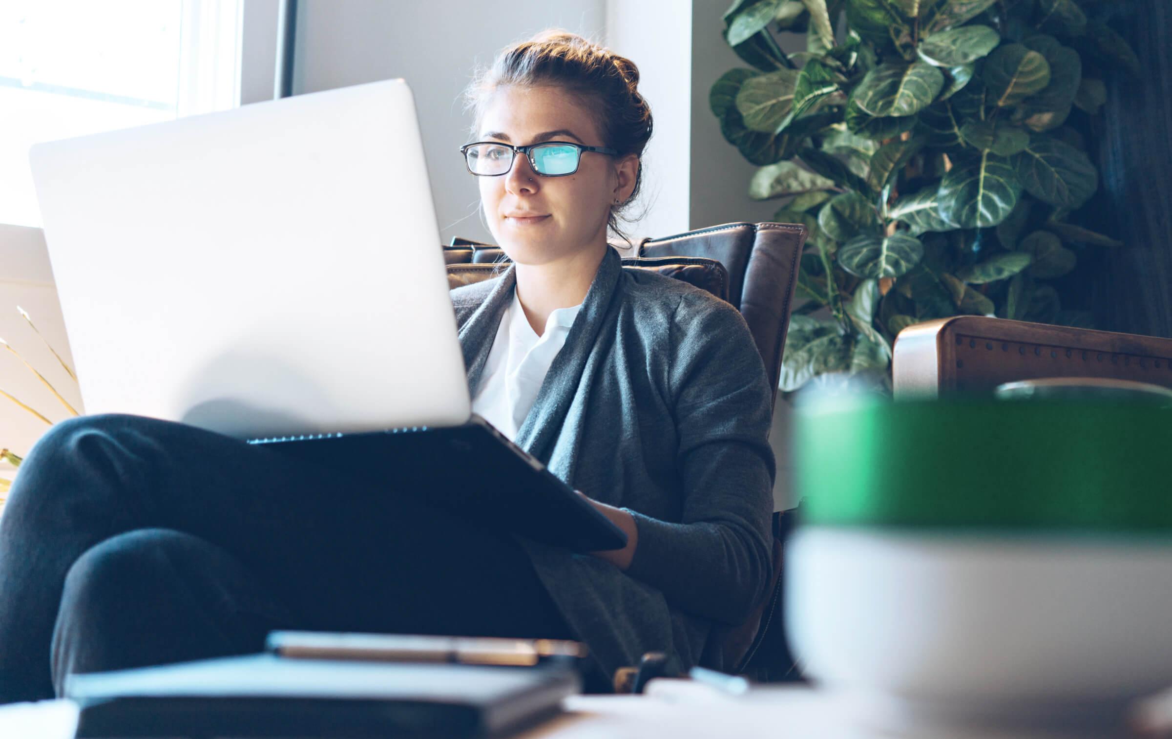Úspěšná investorka a klientka LYNX která na svém notebooku kontroluje své investiční ETF portfolio