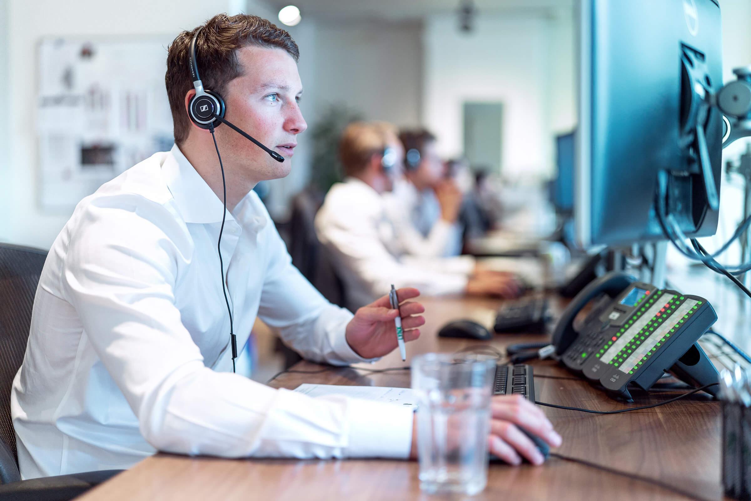 Vyškolený zaměstnanec online brokera LYNX radící klientovi s nastavením obchodní platformy