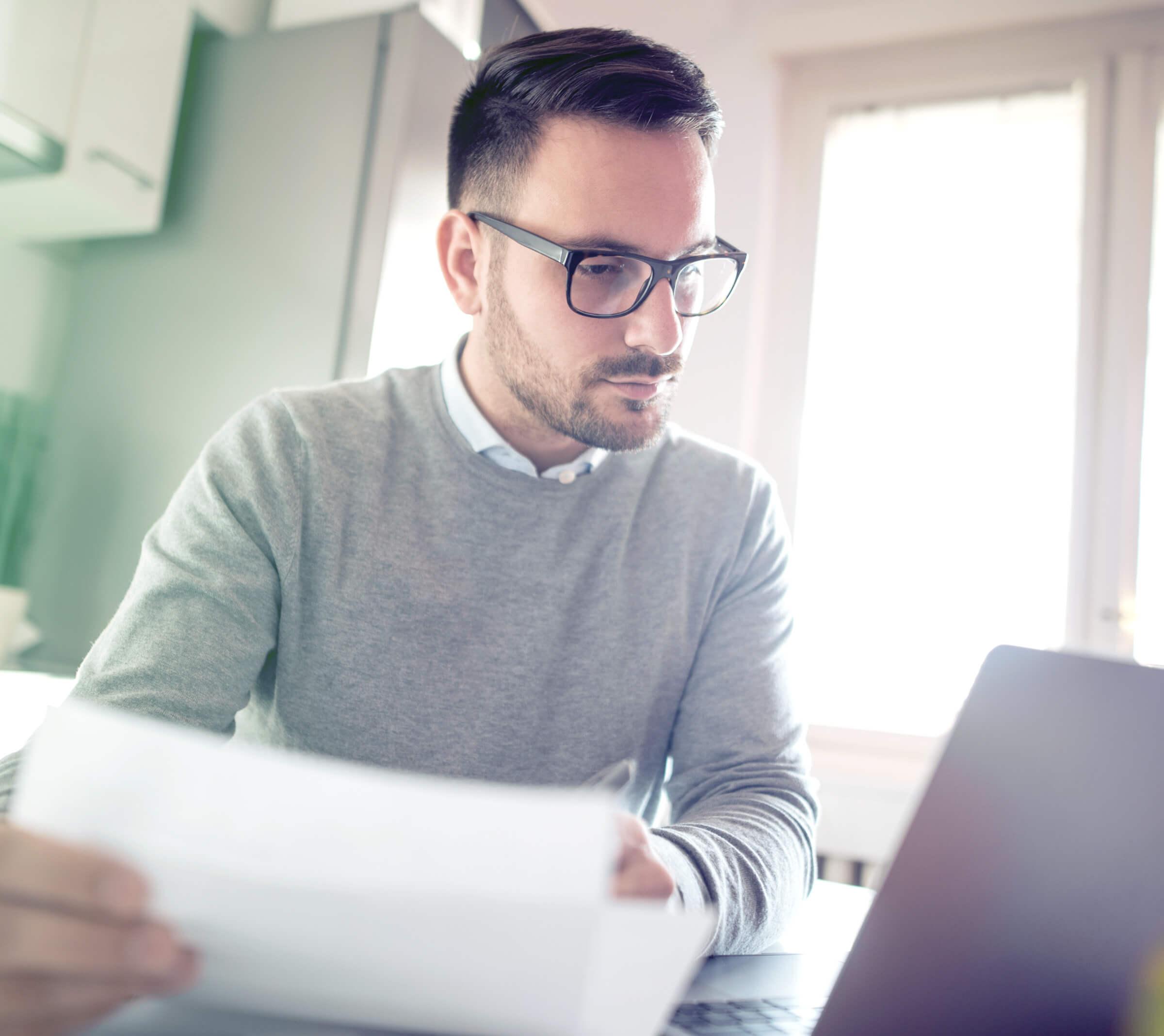 Investor u laptopu zaujatý nízkými poplatky u online brokera LYNX