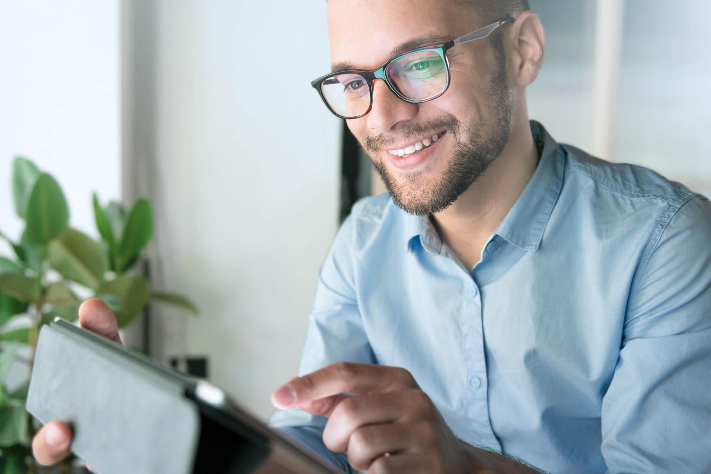 Úspěšný investor a klient LYNX hledající informace o akciích na Investičním portálu