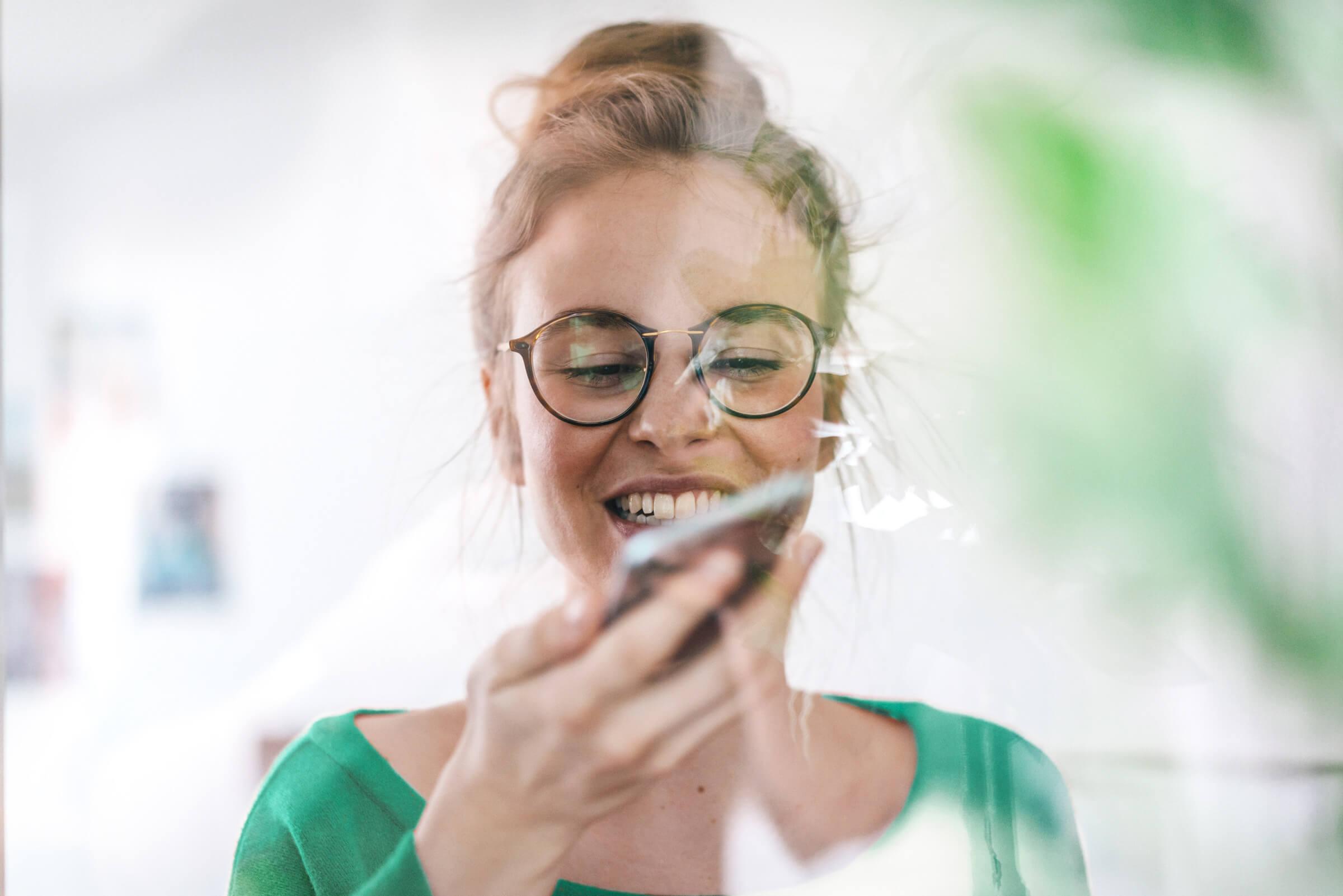Úspěšná investorka a klientka LYNX kontroluje své obchodní portfolio na mobilním zařízení
