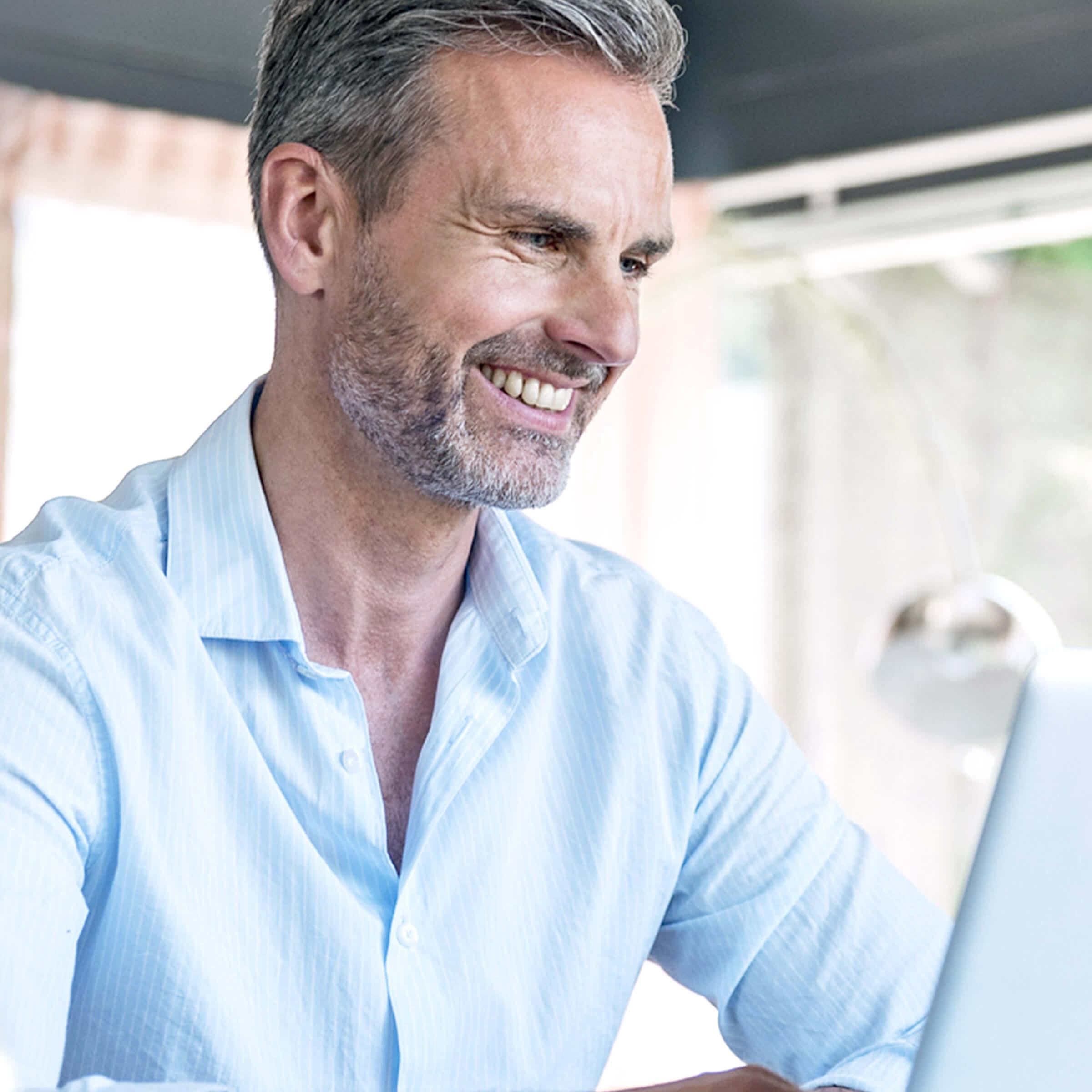 Spokojený klient LYNX který využívá obchodní nástroje pro efektivní obchodování na burze