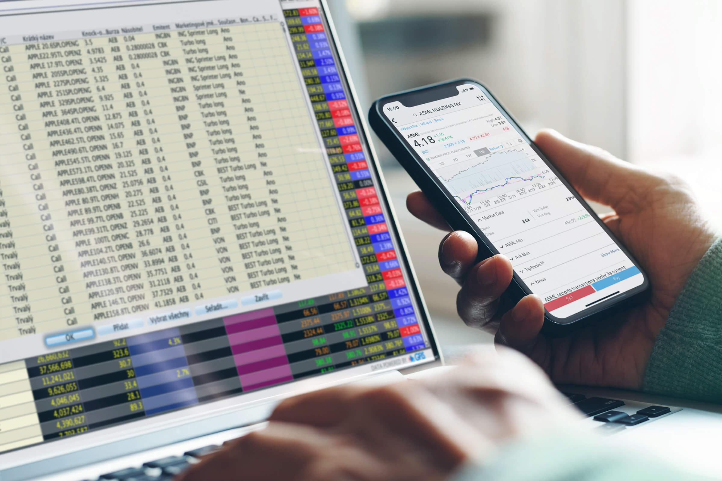 Investor obchodující certifikáty a jiné cenné papíry přes mobilní obchodní aplikaci i platformu pro stolní počítač