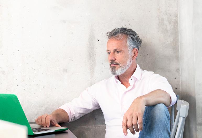 Investor a klient LYNX obchodující na notebooku
