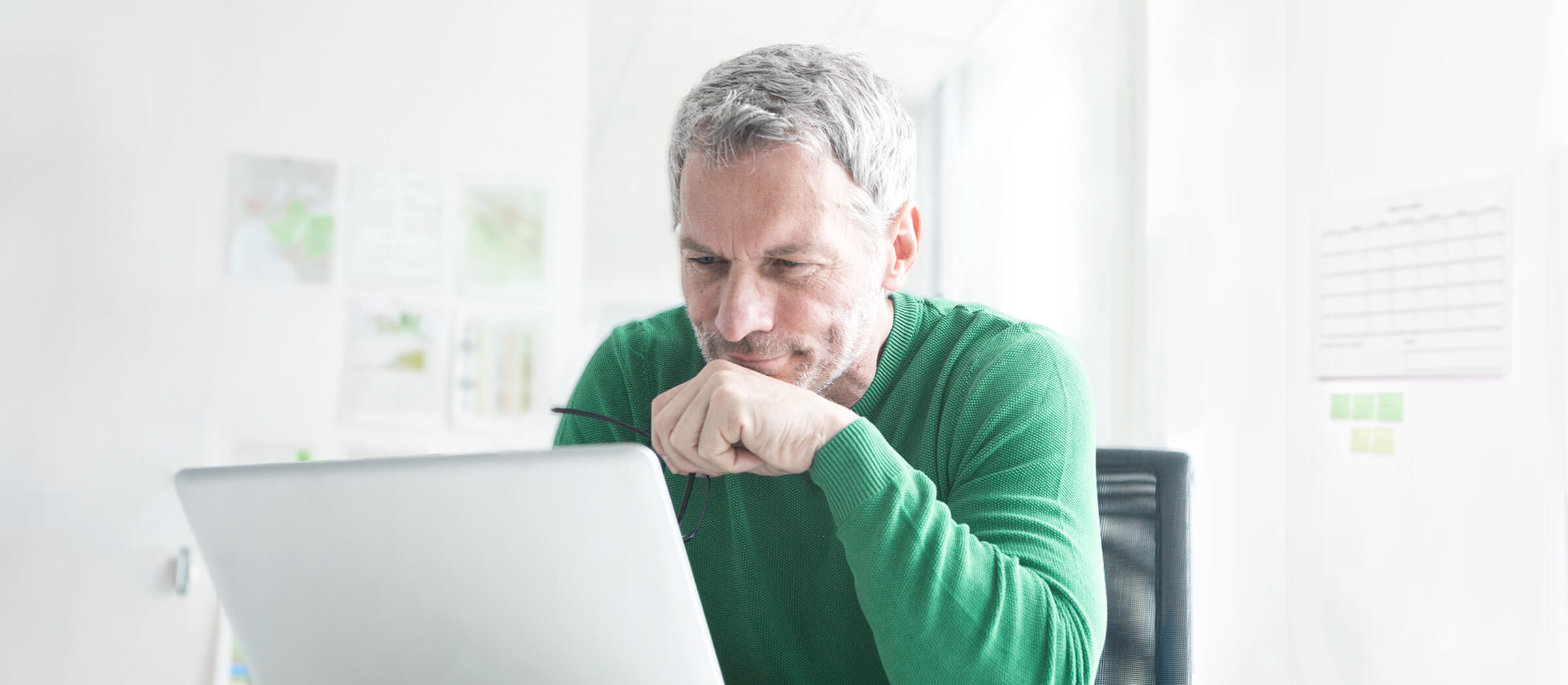 Investor prohlížející si nabídku newsletterů LYNX na notebooku