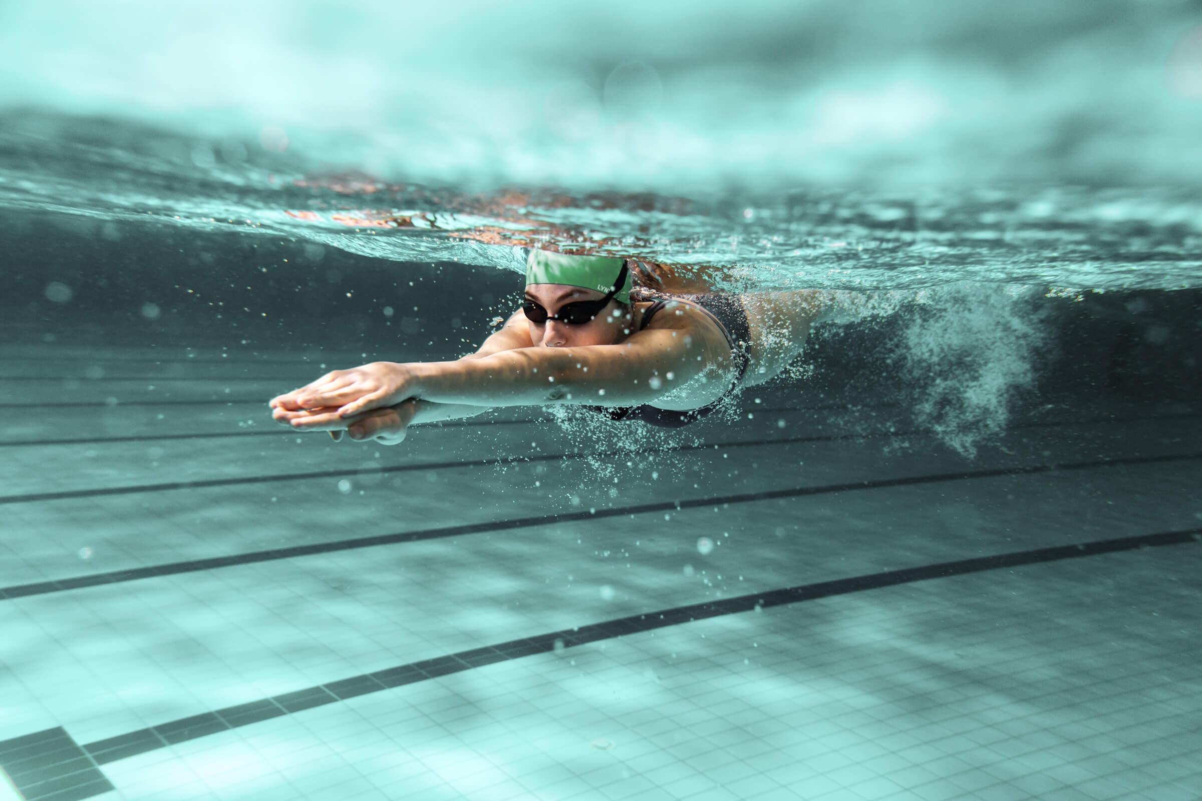Investorka plavající v bazénu
