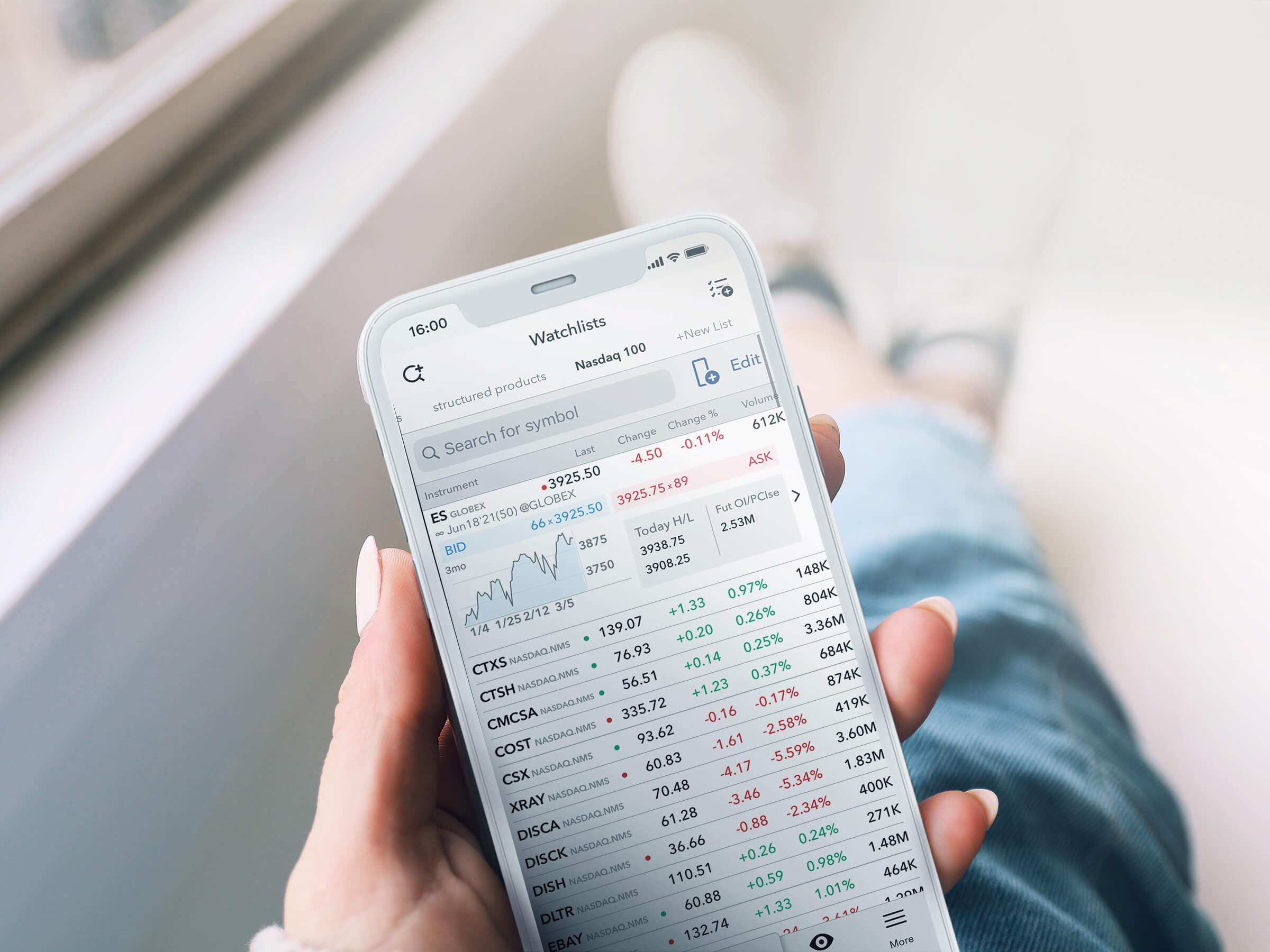 Obchodní aplikace LYNX Trading na iPhone s otevřeným watchlistem nejlepších akcií