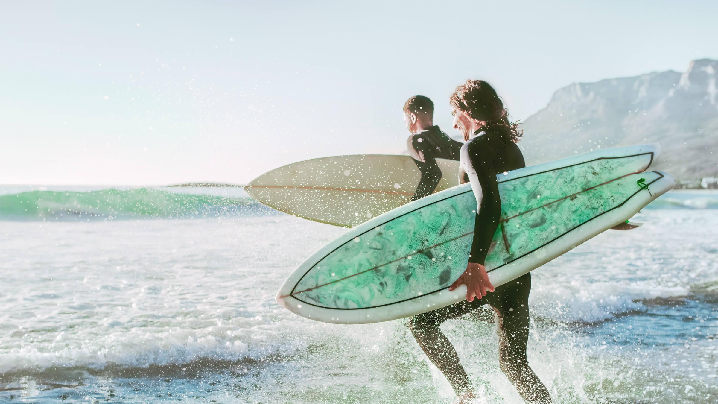 Spokojení klienti LYNX kteří si užívají surfování, zatímco pro ně jejich investice pracují