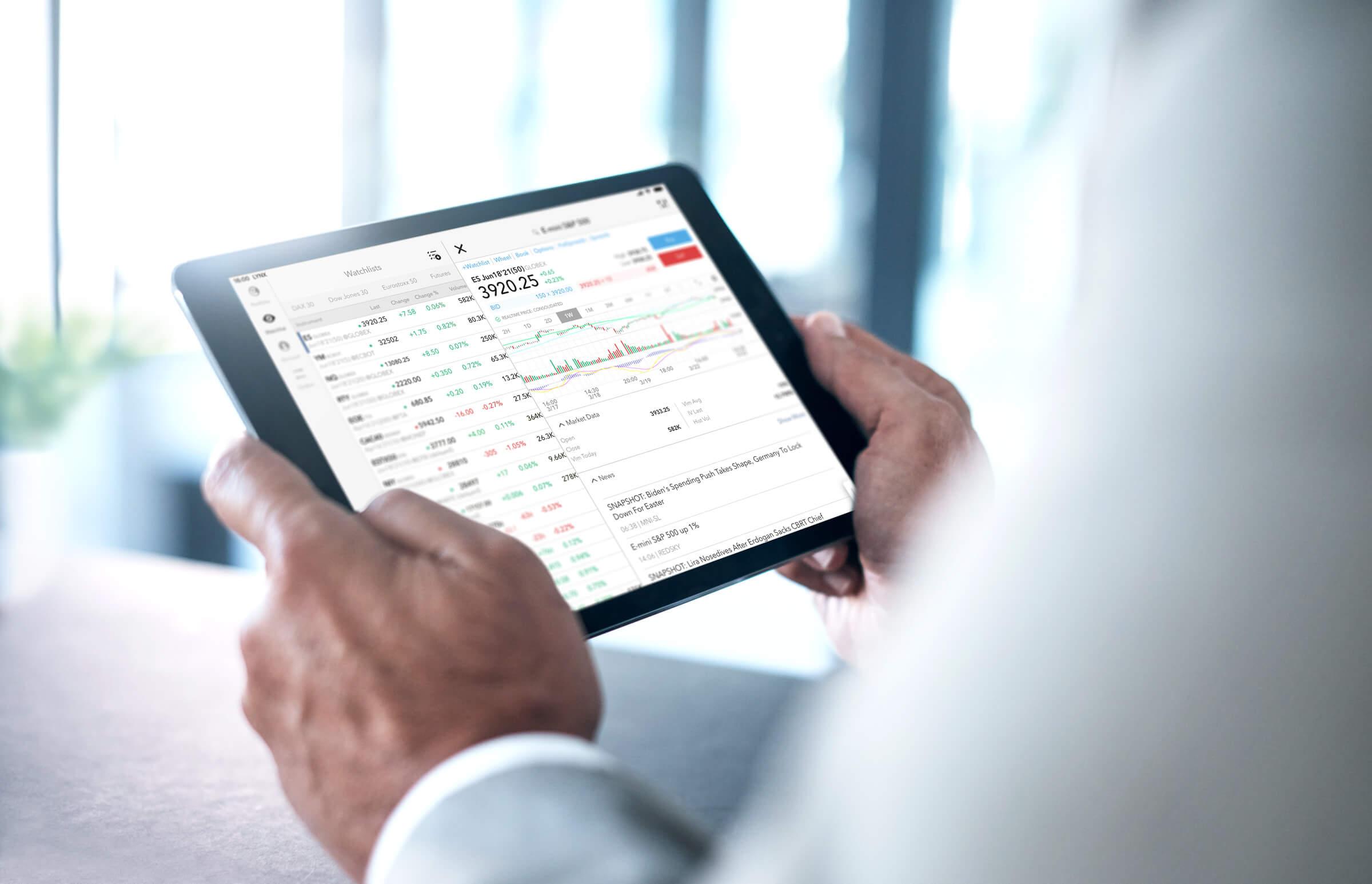 Investor obchodující akcie na krátko (short selling) v iPad aplikaci LYNX Trading