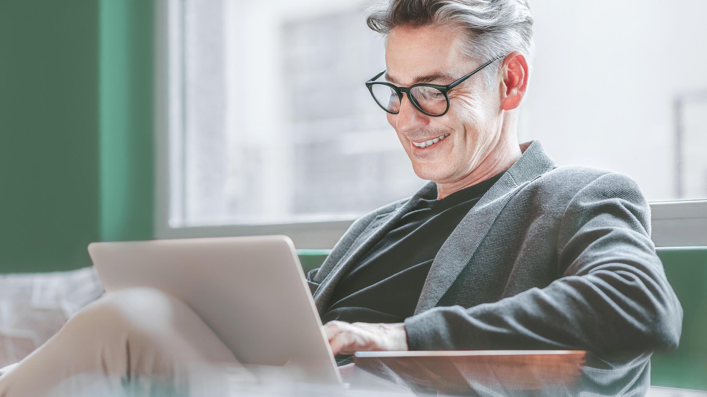 Spokojený klient online brokera LYNX spravující své investiční portfolio