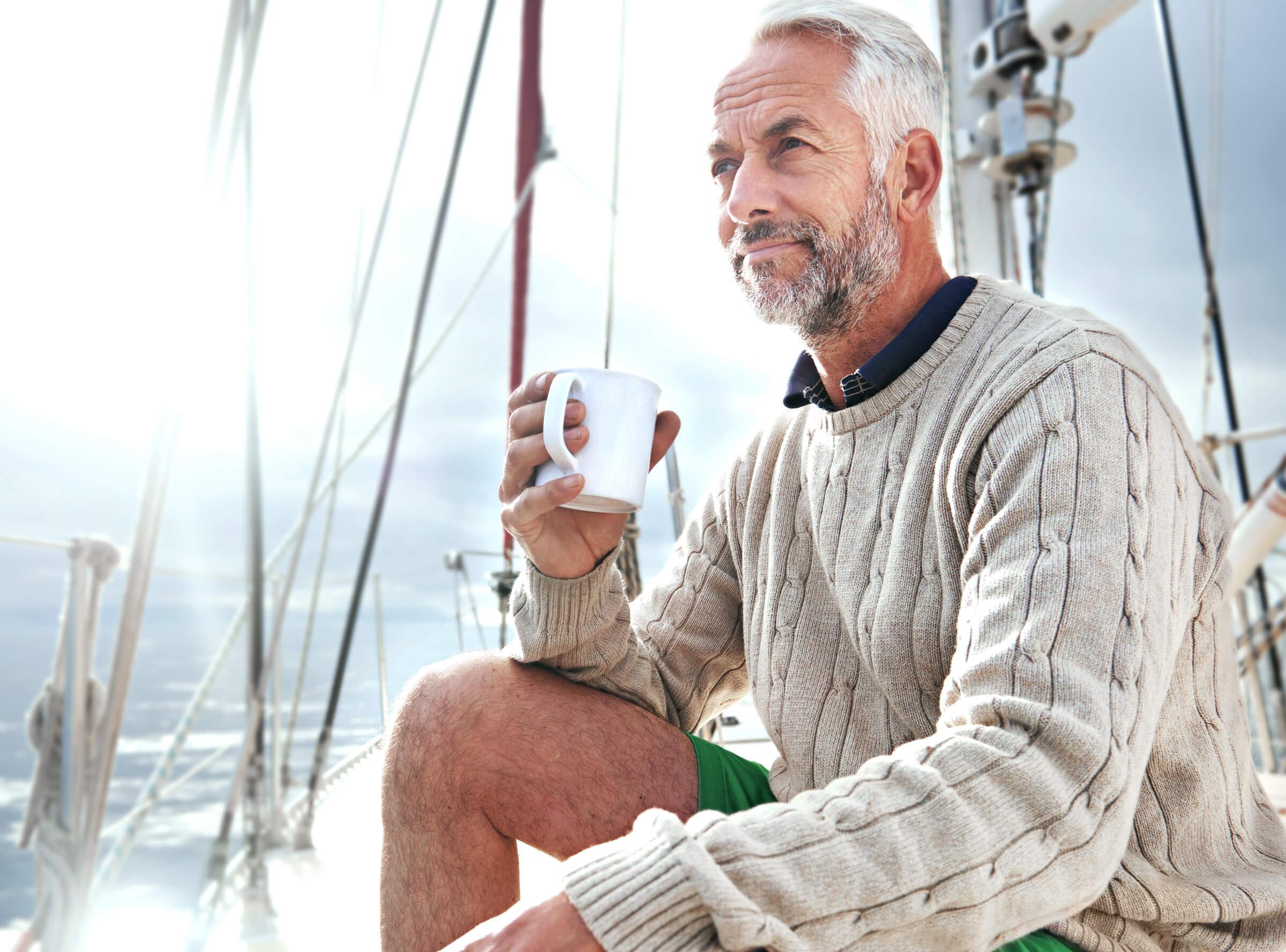 Úpěšný investor a klient LYNX popíjející kávu na jachtě