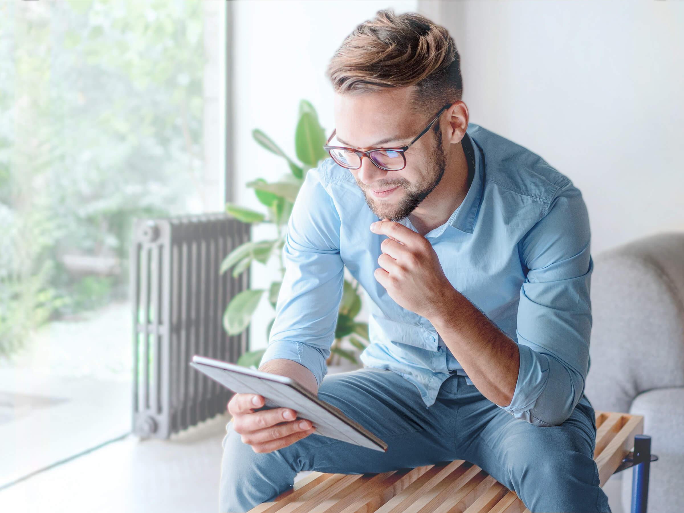 Úspěšný investor obchodující akcie a ETF na tabletu