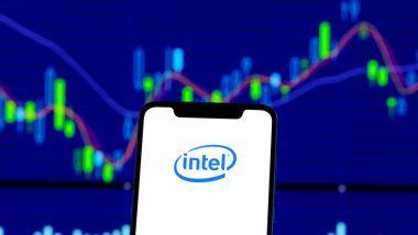 Mobilní telefon s nápisem Intel na pozadí s cenovým grafem akcie Intel