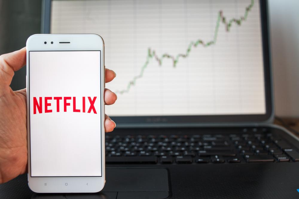 Netflix akcie, logo a cenový graf